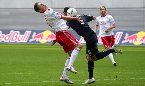 Nicht immer die pure Fußballkunst - RB Leipzig gegen Hertha BSC mit Daniel Frahn   © GEPA pictures/ Roger Petzsche
