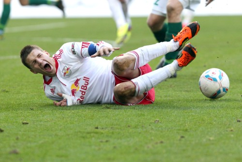 Auch am letzten Spieltag dürfte es umkämpft zugehen - Daniel Frahn im Hinspiel gegen den HFC am Boden   © GEPA pictures/ Sven Sonntag