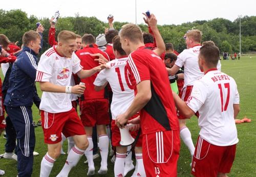Der Jubel der U17 von RB Leipzig über den Klassenerhalt nach dem Sieg gegen TeBe | © GEPA pictures/ Sven Sonntag