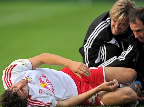 Momente, die die Welt nicht braucht - Patrick Koronkiewicz verletzt am Boden | © GEPA pictures/ Amir Beganovic