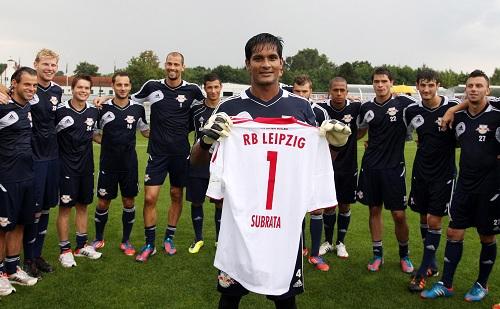 Die Nummer 1, die Nummer 1, die Nummer 1 der Stadt bin ich - Subrata Pal beim Abschied von RB Leipzig mit seinem Abschiedsgeschenk | © GEPA pictures/ Roger Petzsche