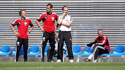 Noch Verbesserungsmöglichkeiten in der Kompaktheit - Alexander Zorniger als Anführer der Coaching-Viererkette | © GEPA pictures/ Roger Petzsche