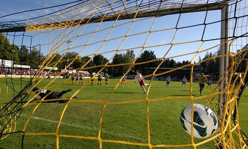 Bilder, die ein Spiel fast schon ausreichend beschreiben - Der Ball zappelt im Netz als Thema des Tages | | © GEPA pictures/ Roger Petzsche