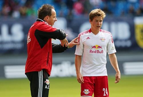 ...und erklären... | Alexander Zorniger mit Dominik Kaiser | GEPA-Pictures – Sven Sonntag