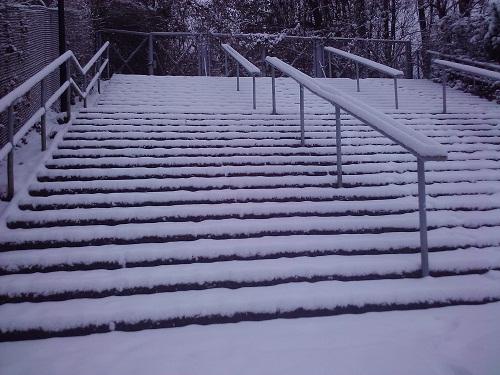 Verschneite Treppe im Poststadion