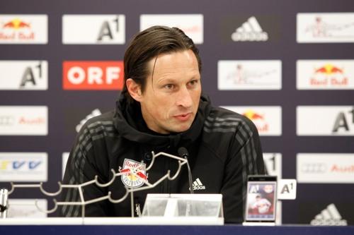 Roger Schmidt bei der Pressekonferenz nach dem Spiel gegen den SC Wiener Neustadt | © Gepa Pictures - Mathias Mandl