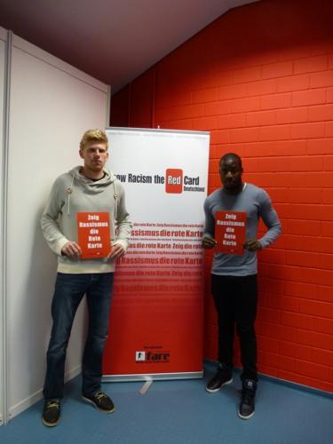 Jeremy Karikari und Fabian Franke zeigen dem Rassismus im Rahmen eines Workshops die rote Karte | © Show Racism the Red Card – Deutschland e.V.