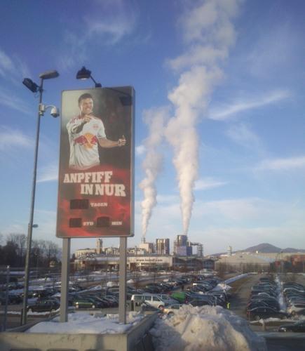 An der Red Bull Arena - Hinweisschild vor Industriepanorama | © rotebrauseblogger
