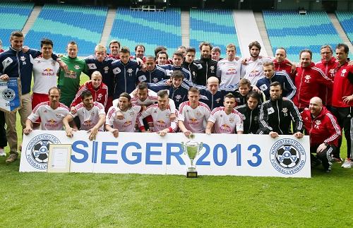 Ein Meisterpokal, der nur dezente Freude auslöst - RB Leipzig präsentiert sich als Meister der Regionalliga Nordost 2012/2013| GEPA Pictures - Roger Petzsche
