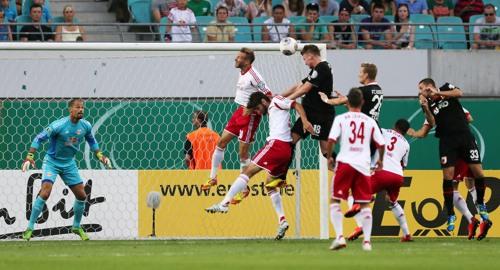 Der Anfang vom Ende - Jan-Ingwer Callsen-Bracker köpft mit viel Armeinsatz das 1:0 für den FC Augsburg gegen RB Leipzig | GEPA Pictures - Roger Petzsche