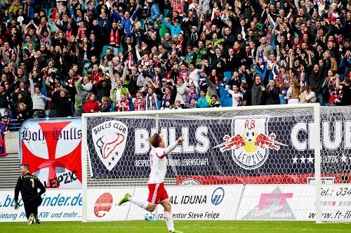 Der Moment in dem der Spielverlauf sich auch in Toren ausdrückt - Dominik Kaiser mit dem 1:0 für RB Leipzig gegen Lok Leipzig   GEPA Pictures - Roger Petzsche