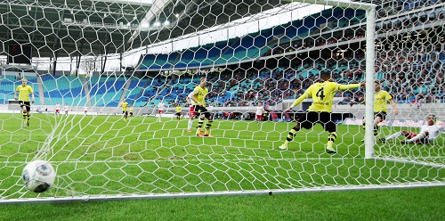 Huch, wo ist eigentlich der Torwart - Yussuf Poulsen erzielt das 1:0 nachdem der BVB-Torwart einen kleinen Ausflug wagt | Gepa Pictures - Roger Petzsche