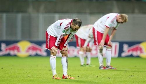 Körpersprache schlägt jede Analyse - RB Leipzig und die hängenden Köpfe nach dem 1:2 gegen Hansa Rostock   GEPA Pictures - Roger Petzsche