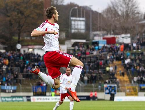 Am Ende eines langen Jahres noch mal alle Energie mobilisieren - Tobias Willers setzt beim 1.FC Saarbrücken mit dem 3:2 den Schlusspunkt und hebt ab | GEPA Pictures - Roger Petzsche