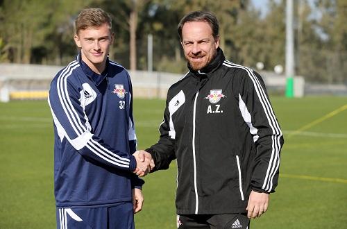 Am Anfang steht im Fußball immer der Händedruck - Georg Teigl wird von Alexander Zorniger im Team begrüßt | GEPA Pictures - Roger Petzsche