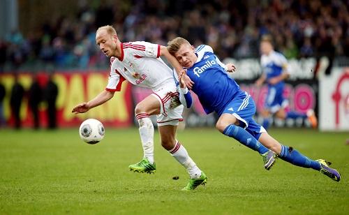 Viele Zweikämpfe beim Spiel in Kiel, die meistens zugunsten von RB Leipzig ausgingen - Tim Sebastian behauptet den Ball | GEPA Pictures  - Roger Petzsche