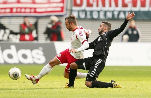 Wieder einmal einer der besten auf dem Platz - Sebastian Heidinger im Zweikampf | GEPA Pictures - Sven Sonntag