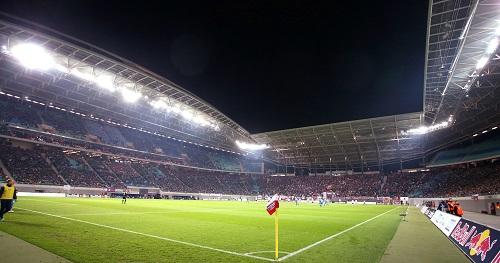 Toller Rahmen für ein spannendes Spitzenspiel - Die Drittligarekordkulisse von mehr als 25.000 Zuschauern und Flutlicht machen RB Leipzig gegen den 1.FC Heidenheim zum Erlebnis | GEPA Pictures - Roger Petzsche