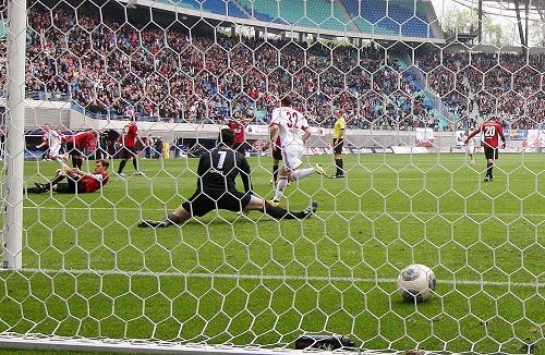 Verdient, verdienter, am verdientesten - Der Ball landet zum 2:1 für RB Leipzig gegen den Chemnitzer FC im Netz und Federico Palacios Martinez dreht jubelnd ab, um den Torschützen Dominik Kaiser zu ehren. | GEPA Pictures - Roger Petzsche