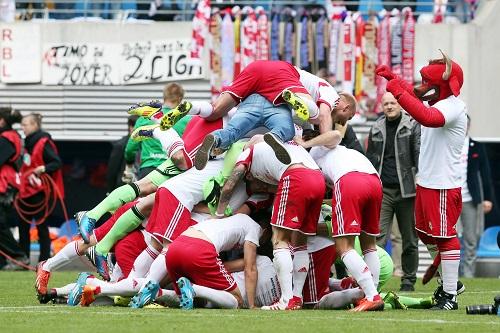 Ein Tag mit Jubel in allen erdenklichen Positionen - RB Leipzig feiert gegen den 1.FC Saarbrücken den Aufstieg | GEPA Pictures - Roger Petzsche