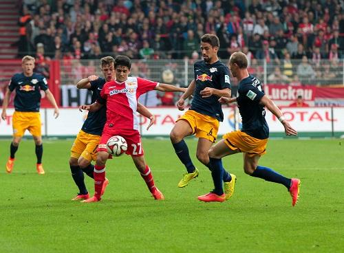 In den Zweikämpfen hatte Union Berlin gegen RB leipzig oft die Nase vorn - Eroll Zejnullahu behauptet den Ball gegen Kimmich, Khedira und Morys | GEPA Pictures/ Citypress24