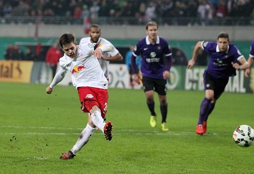 Und rein ins Pokalglück - Dominik Kaiser schießt per Foulelfmeter zum 2:1 gegen Erzgebirge Aue ein | GEPA Pictures - Roger Petzsche