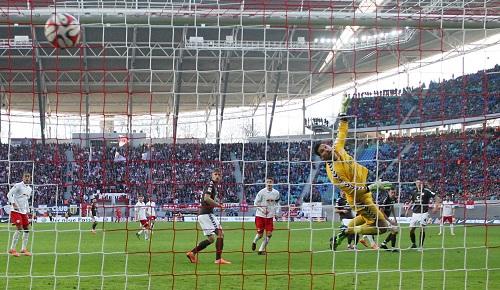 Der Moment, in dem sich das Spiel zwischen RB Leipzig und dem FC St. Pauli entschieden hat - Terrence Boyd macht mit seinem zweiten Treffer das 3:1 | GEPA Pictures - Roger Petzsche