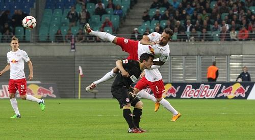 Fast hätte der 1.FC Kaiserslautern den Gastgeber RB Leipzig ausgehebelt, doch am Ende stand das 0:0 und auch Sebastian Heidinger wieder auf seinen Beinen | GEPA Pictures - Roger Petzsche