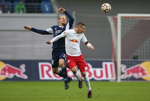 Zweikämpfe, Zweikämpfe und noch mal Zweikämpfe - 326mal trafen RB Leipzig und der FC Ingolstadt zu intensiven Duellen in Luft, am Boder oder im Wasser aufeinander | GEPA Pictures - Roger Petzsche
