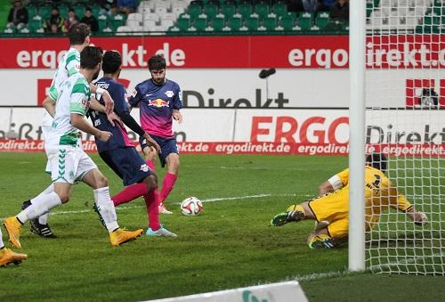 Hinein ins Glück - Niklas Hoheneder auf dem Weg zur Entscheidung im Spiel gegen die SpVgg Greuther Fürth | GEPA Pictures