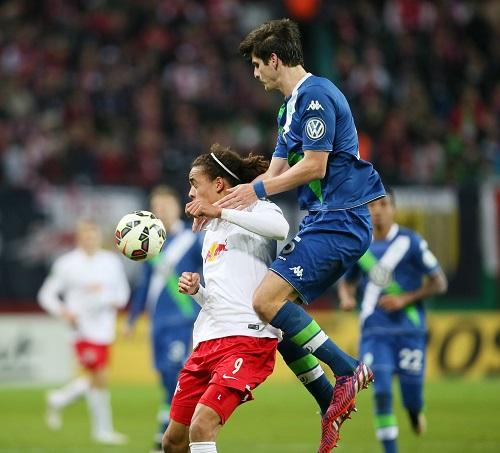 Bild mit Symbolcharakter - In den entscheidenden Momenten war der VfL Wolfsburg bei RB Leipzig immer obenauf | GEPA Pictures - Sven Sonntag
