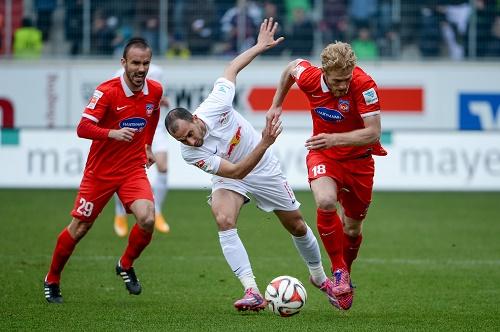 Immer wieder von robusten Attacken des 1.FC Heidenheim aus dem Tritt bringen lassen | GEPA Pictures - Oliver Lerch