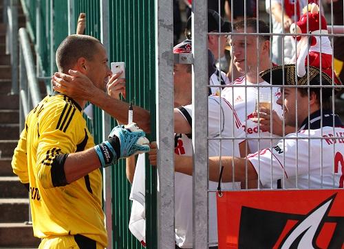 Sofort ins Herz geschlossen - Fabio Coltorti nach seinem ersten Auswärtsspiel mit RB Leipzig in den Fängen der Fans | GEPA Pictures - Roger Petzsche