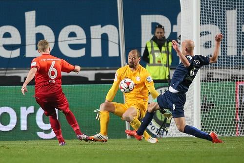 Im entscheidenden Moment hellwach - Fabio Coltorti hält in Kaiserslautern in letzter Minute das verdiente Unentschieden fest | GEPA Pictures - Roger Petzsche