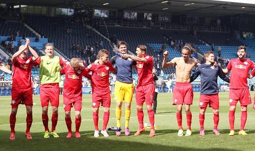 Ein seltenes Bild - Die Spieler von RB Leipzig feiern einen Auswärtssieg | GEPA Pictures - Roger Petzsche