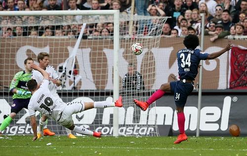 Kein Durchkommen - Auch Yordy Reyna scheitert mit einem der besseren Versuche beim 0:1 von RB Leipzig beim FC St. Pauli | GEPA Pictures - Roger Petzsche