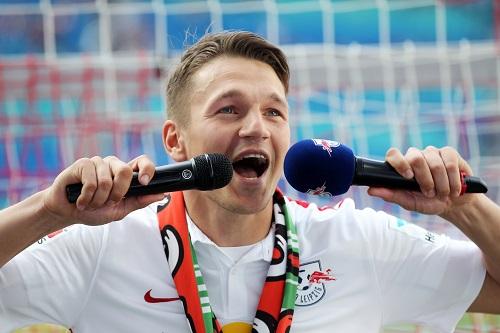 Ein letztes Mal in Feierlaune mit RB Leipzig - Daniel Frahn verabschiedet sich standesgemäß als Einheizer vor dem Fanblock | GEPA Pictures - Roger Petzsche