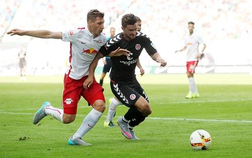 Gegen St. Pauli hatte RB Leipzig in den Zweikämpfen oft das Nachsehen - Hier läuft Willi Orban seinem Gegenspieler nur hinterher | GEPA Pictures - Roger Petzsche