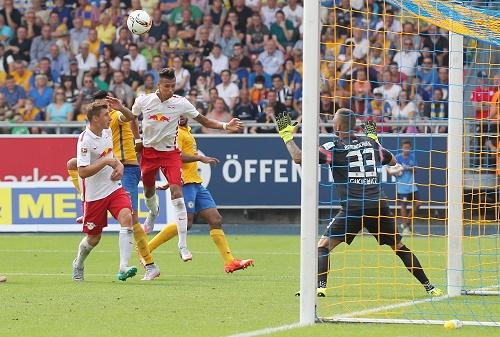 Und rein ins Glück - Davie Selke köpft zum 1:0 bei Eintracht Braunschweig ein | GEPA Pictures - Roger Petzsche