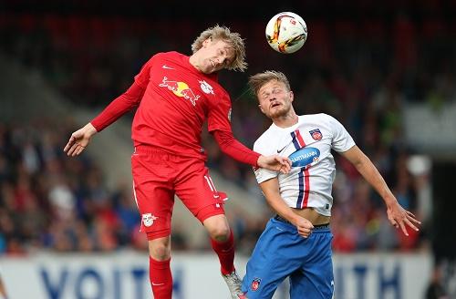 Meistens dem Gegner deutlich überlegen, am Ende trotzdem nur 1:1 | Emil Forsberg im Duell mit Marcel Titsch-Rivero | GEPA Pictures - Roger Petzsche
