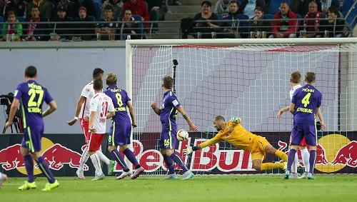 Phantastische Tat - Fabio Coltorti kratzt gegen den SC Freiburg einen Kopfball von der Linie | GEPA Pictures - Roger Petzsche
