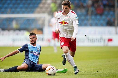 Auf und davon - Torschütze Marcel Sabitzer entwischt mal wieder seinem Gegenspieler | GEPA Pictures - Roger Petzsche