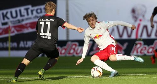 Emil Forsberg bezeichnenderweise am Straucheln - Nach Erkrankung wieder ins Team zurückgekehrt, konnte er dem Spiel nicht den erhofften Stempel aufdrücken | GEPA Pictures - Roger Petzsche
