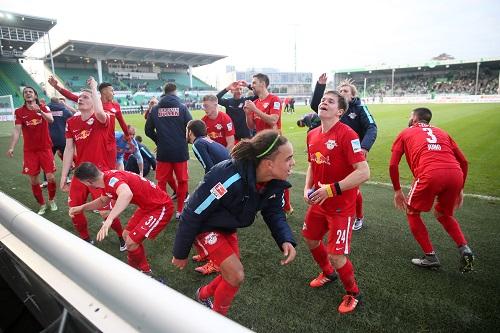 Party on - Die ganze Freude über den 2:1-Sieg in Fürth und eine gelungene Hinrunde 2015/1016 muss raus | GEPA Pictures - Roger Petzsche