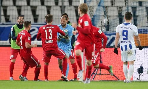 Wieder einmal Held des Tages - Fabio Coltorti hält gegen den KSC einen Elfmeter | GEPA Pictures - Roger Petzsche