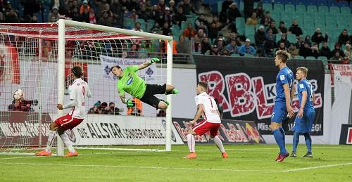Flieg Kevin, flieg - Vergebens streckt sich Heidenheims Kevin Müller beim 3:1 durch Marvin Compper für RB Leipzig | GEPA Pictures - Roger Petzsche
