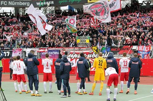 Zusammen gewinnen, zusammen verlieren - Fans und Mannschaft verabschieden sich gegenseitig nach dem 1:3 in Nürnberg | GEPA Pictures - Roger Petzsche