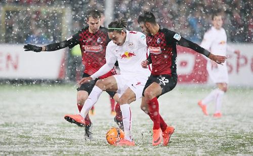 Schneespiele im März - Yussuf Poulsen versucht dem Boden eine gute Ballbehandlung abzuringen | Roger Petzsche