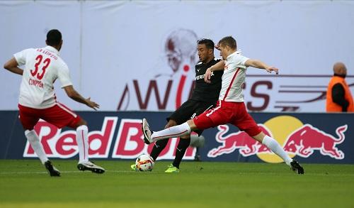 Gegen den SV Sandhausen immer wieder einen Schritt zu spät - Marvin Compper und Lukas Klostermann begleiten Aziz Bouhaddouz bei der Arbeit | GEPA Pictures - Kerstin Kummer