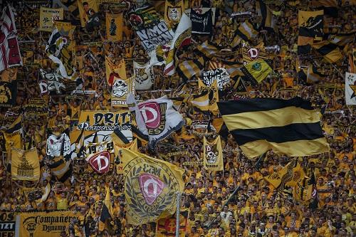 Gibt im Normalfall immer gute Bilder. Die Dynamo-Fankurve. Photo by Matej Divizna/Bongarts/Getty Images